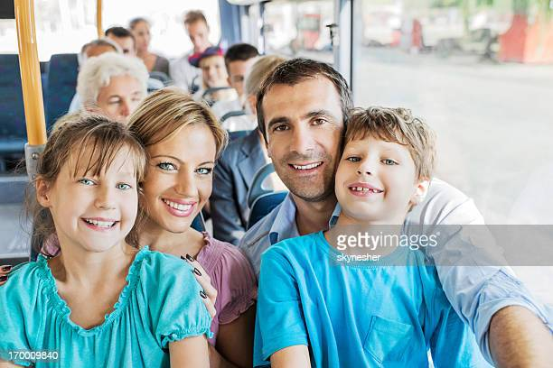 Famille en bus.