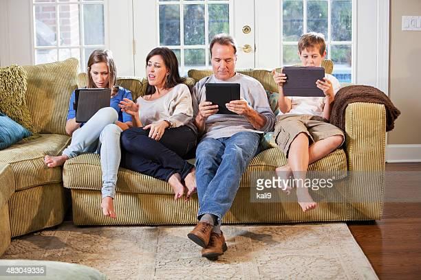Familie auf Sofa mit digitalen Tablet