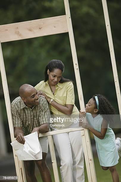 family on home construction site - inclinando se - fotografias e filmes do acervo