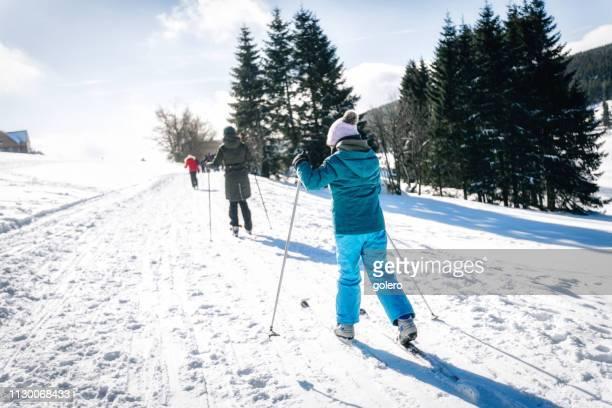 雪に覆われた森でスキーに家族 - クロスカントリースキー ストックフォトと画像