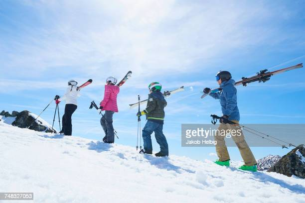 family on skiing holiday, hintertux, tirol, austria - ski holiday - fotografias e filmes do acervo
