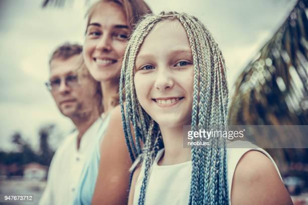 famille sur la plage - petite fille culotte photos et images de collection