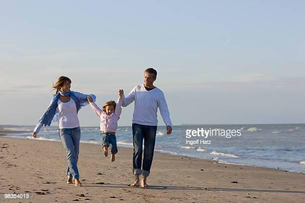 family on the beach. - mom flirting 個照片及圖片檔