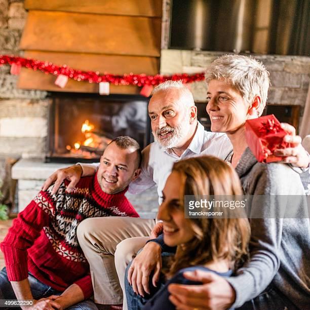 Familie im Wohnzimmer Öffnen der Geschenke für Weihnachten