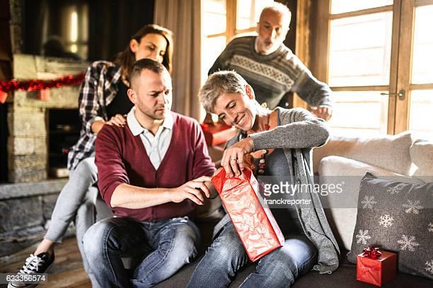 Familie im Wohnzimmer für Weihnachten