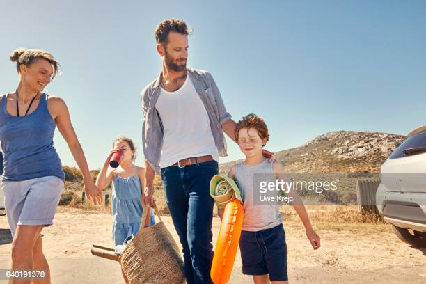 a family on their way to the beach - vacances à la mer photos et images de collection