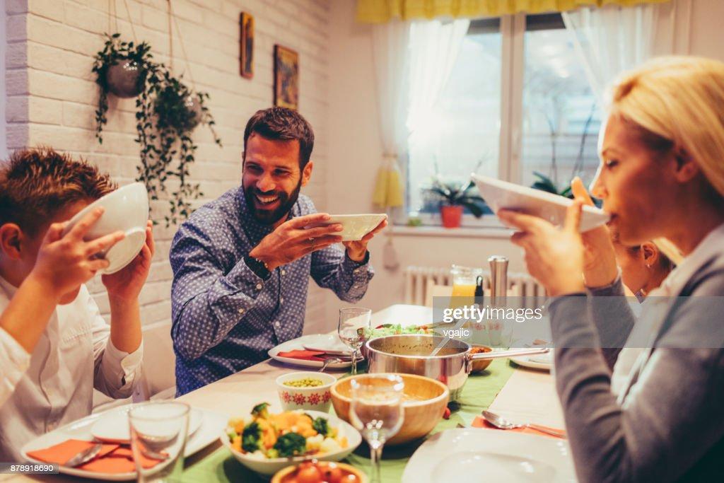 Familie am Wochenende Luch zu Hause : Stock-Foto