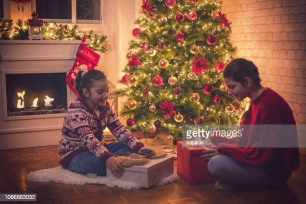 クリスマスを開く家族プレゼント自宅