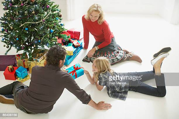 Família abrindo presentes de Natal