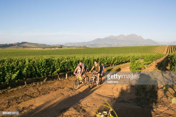 Familj ut på en tur tillsammans genom winelands