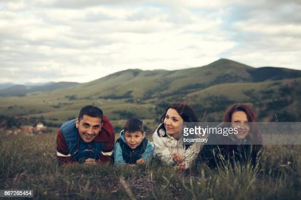 família deitado na grama ao ar livre - aunt - fotografias e filmes do acervo