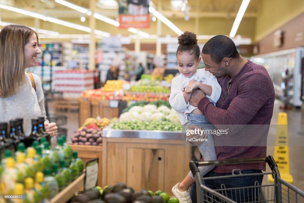 Familienausflug zum Lebensmittelgeschäft : Stock-Foto