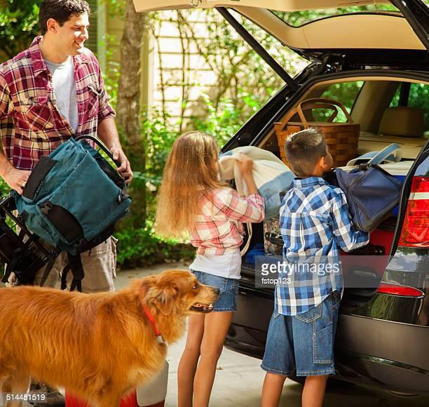 Familia de embalaje para ir de vacaciones.  Padre, niños.