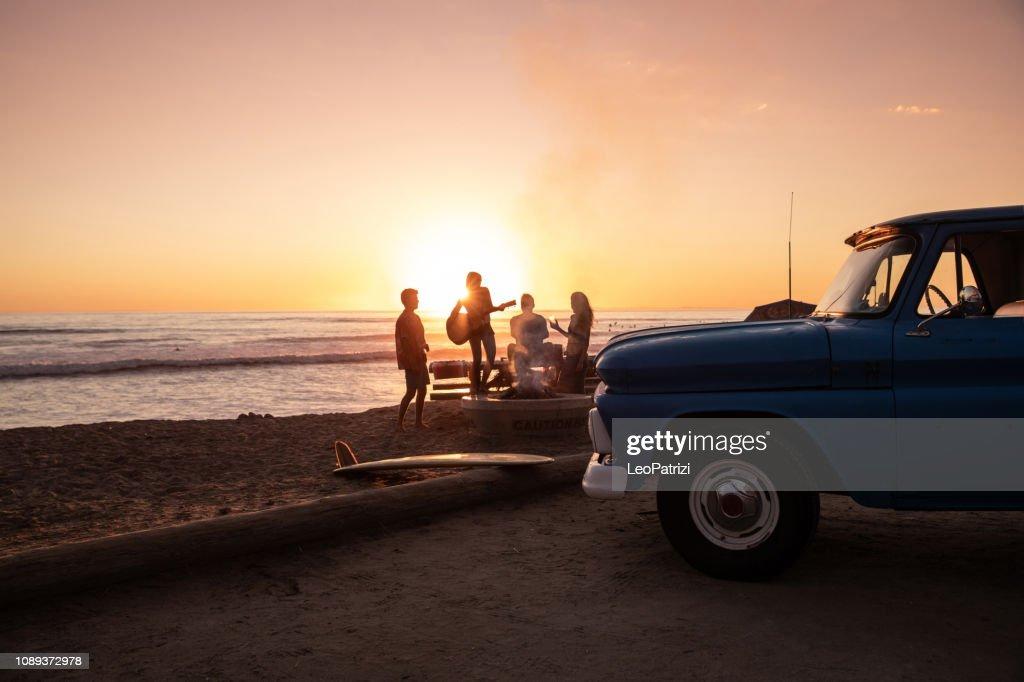 Festa de família na praia ao pôr do sol na Califórnia : Foto de stock