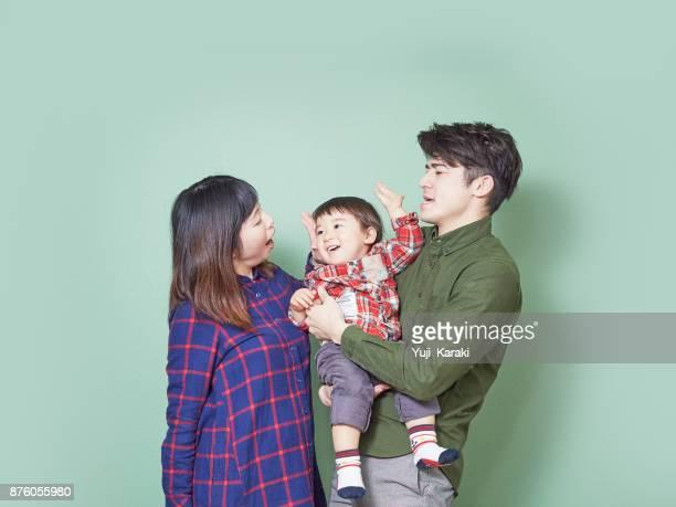 Foto de familia no va bien, niño, burlándose con papá