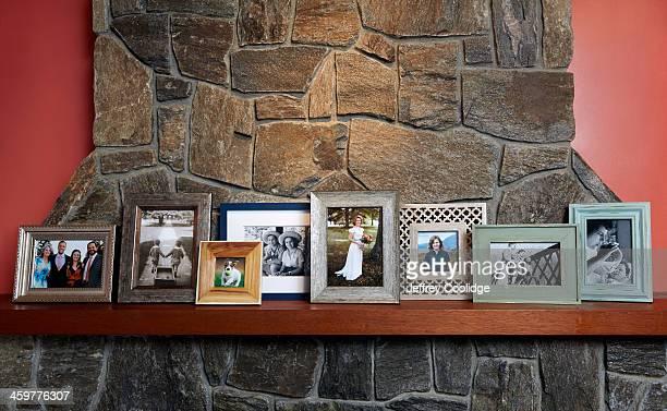 family photos on mantle large group - consolo de lareira - fotografias e filmes do acervo