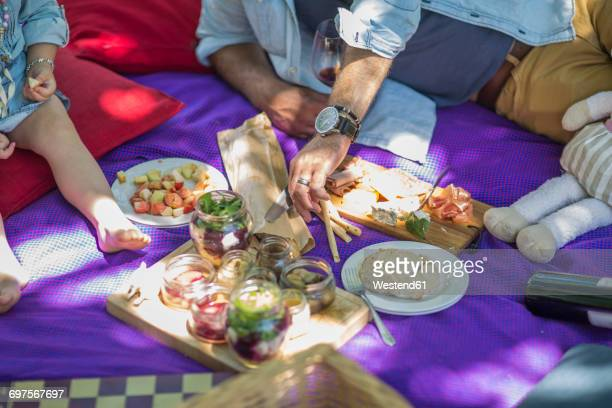 family picnic with food and snacks - 40 44 jaar stock pictures, royalty-free photos & images
