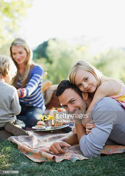 Familie Picknick zusammen im Freien