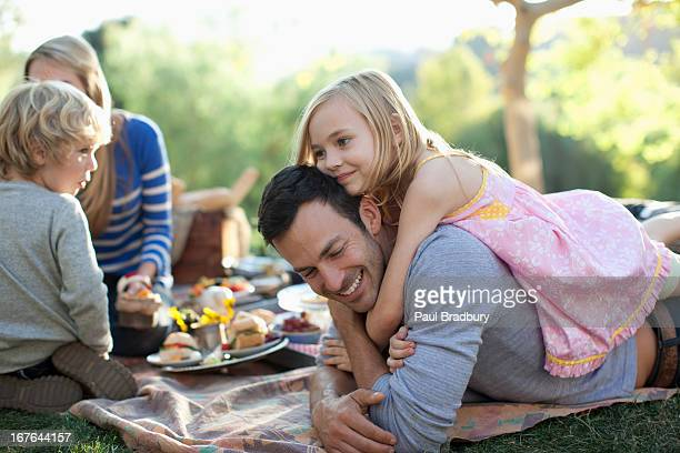 family picnicking together outdoors - weekend activiteiten stockfoto's en -beelden