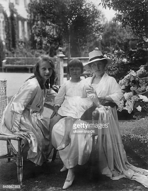 Family picture Bessie and Bertele von Schmieder Mrs von Schmieder nee von LangPuchdorf 1920Photographer Franz Grainer