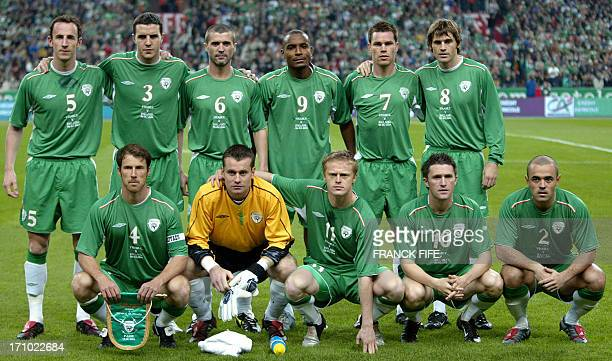 Family picture taken of Republic of Ireland national football team prior its World Cup qualifying match against France 09 October 2004 in the Stade...