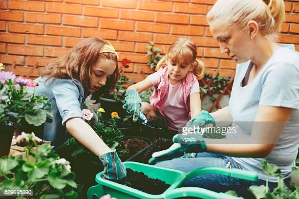 Famille planter des fleurs ensemble.