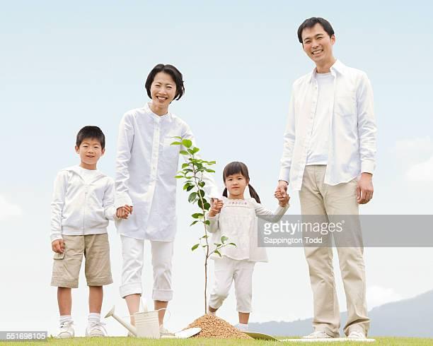 family planting plant - 4歳から5歳 ストックフォトと画像