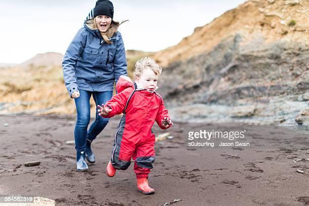 family play on the beach in winter - s0ulsurfing - fotografias e filmes do acervo