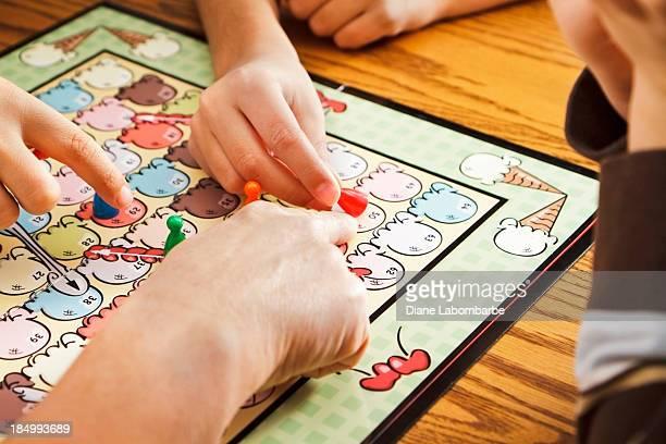 Familie spielen ein Brettspiel zusammen
