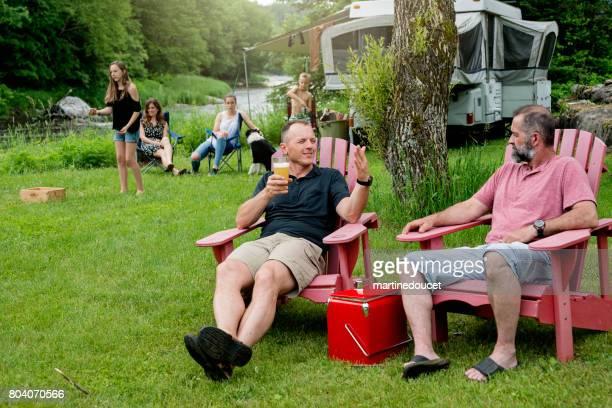 Familie, spielen und entspannen im Sommer camping.