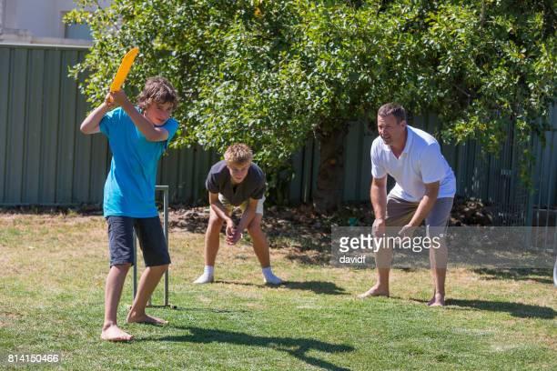 Familie Hinterhof Cricket spielen