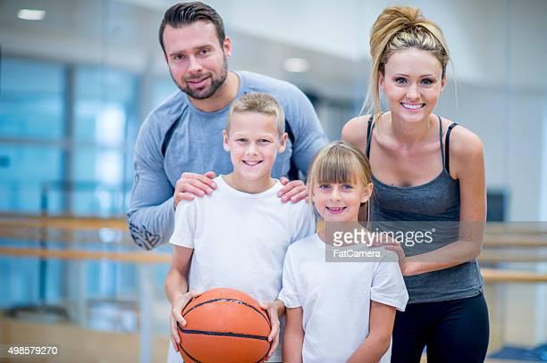 Familie spielen Basketball im Fitnessraum