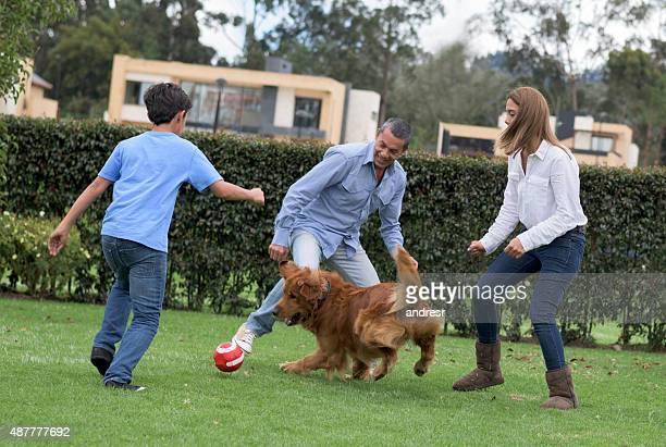 Famille jouant au football ensemble