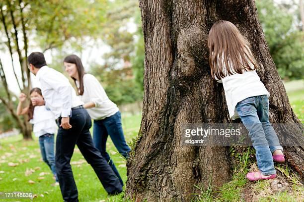 Familia jugar al escondite