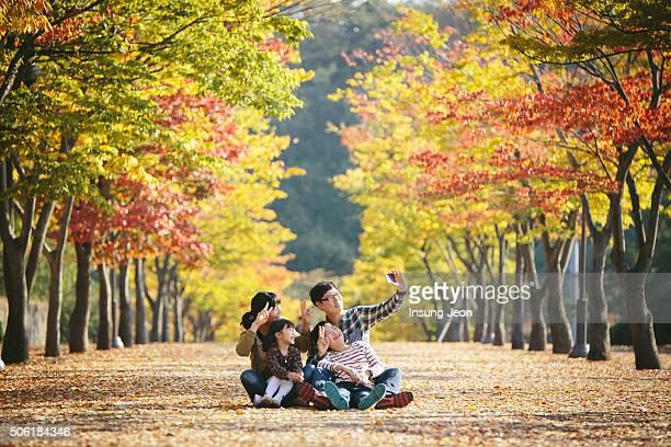 family playing in autumn park - 蔚山 ストックフォトと画像