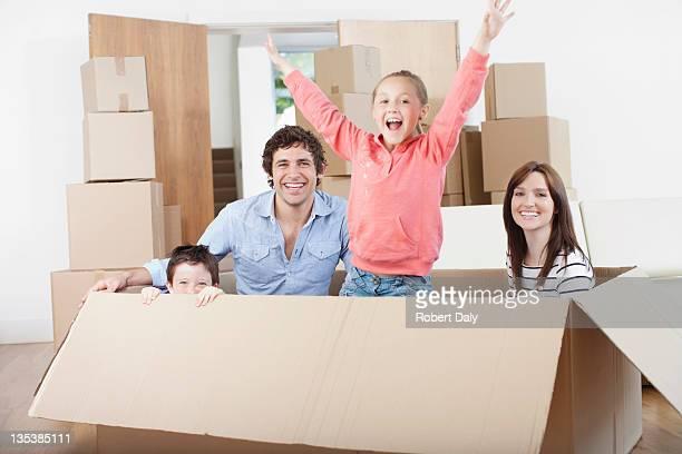 Familie spielt in beweglichen box in new home