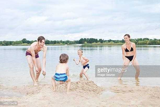 famille jouant sur la plage - land brandebourg photos et images de collection
