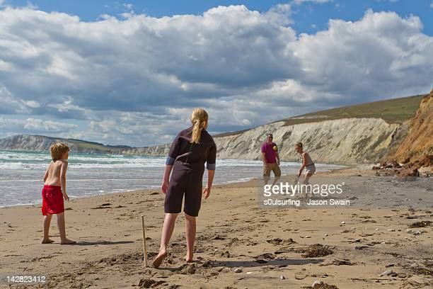 family playing on beach - s0ulsurfing stockfoto's en -beelden