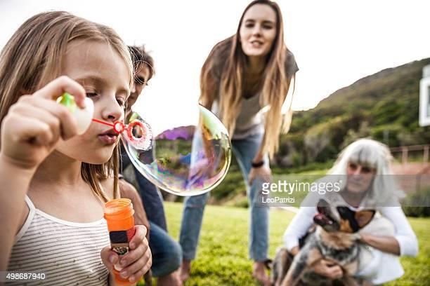 Familie spielen im Freien im Innenhof