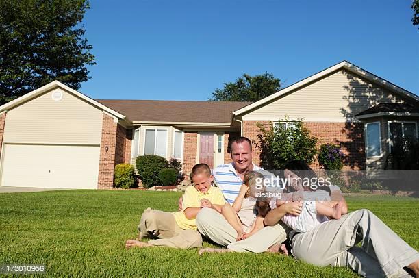 familia jugando - casa estilo rancho fotografías e imágenes de stock
