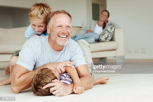family playing - mom flirting 個照片及圖片檔