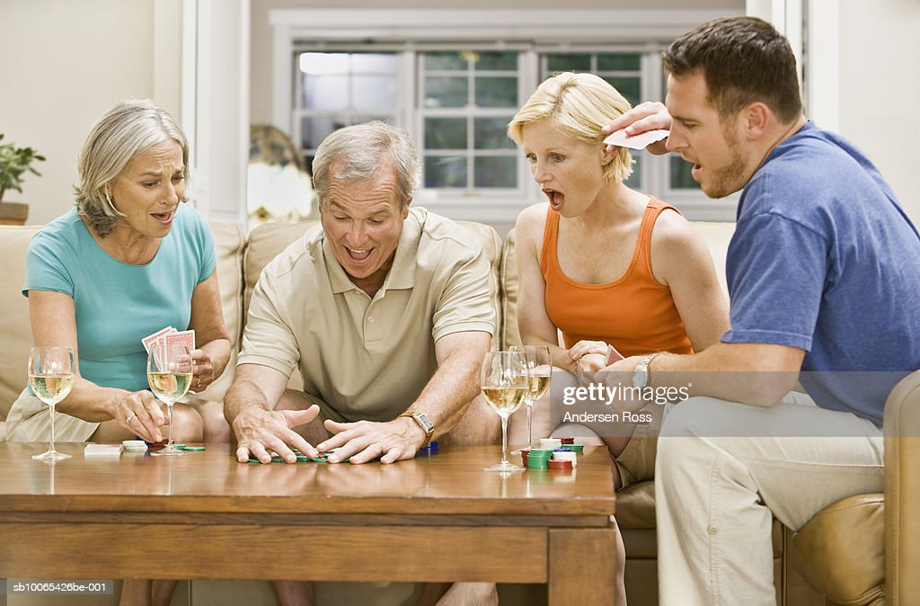 Family playing Poker and drinking wine : Foto stock