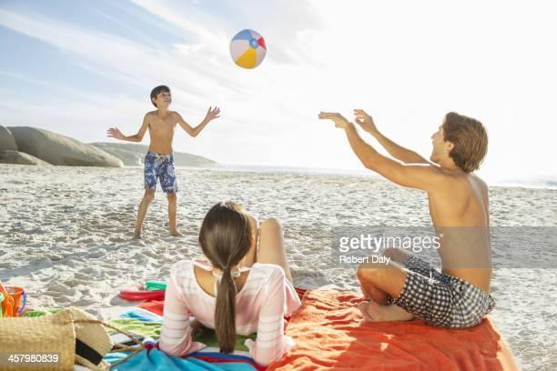 Famiglia giocando insieme sulla spiaggia