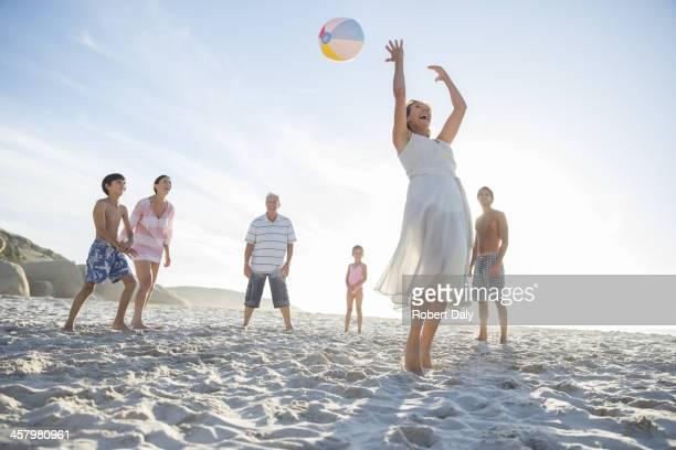 Familie spielen am Strand