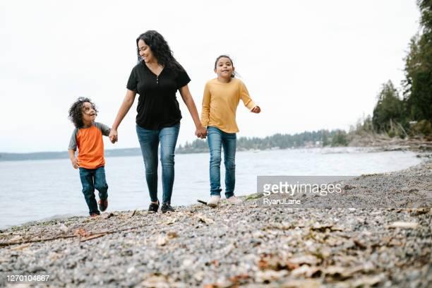 familie spielt zusammen am pacific northwest beach - pazifischer nordwesten der usa stock-fotos und bilder