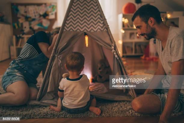 familie samenspelen - kampeertent stockfoto's en -beelden