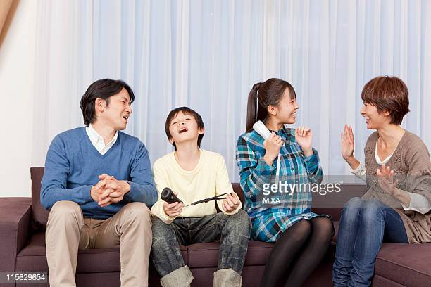 family playing video game together - 12歳から13歳 ストックフォトと画像