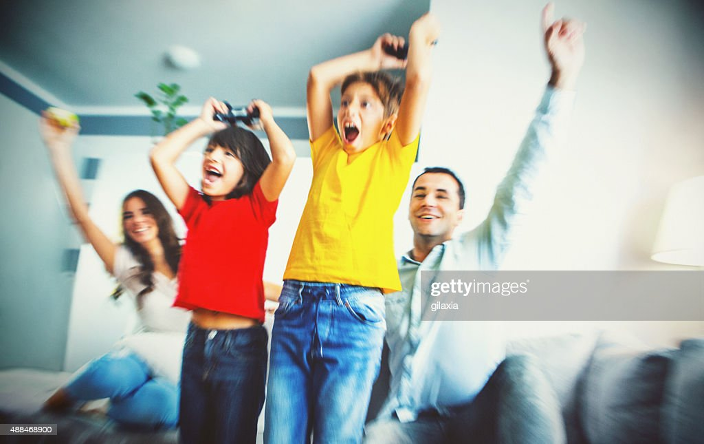 Familie spielen von Videospielen zu Hause fühlen. : Stock-Foto