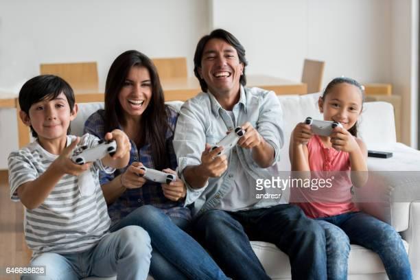 Familia jugando videojuegos