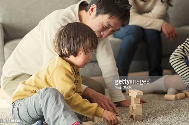 ファミリーと遊ぶ木製ブロックをご自宅で